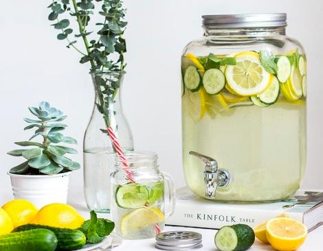 Прекрасные лимонадницы в дополнение к сервировке стола